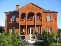 Фасад дома, участок- 16 соток